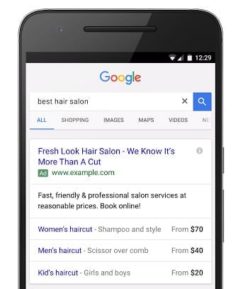 Un exemple d'annonces responsives sur mobile : Sur le mobile, les annonces responsive apparaissent avec au moins deux titres.