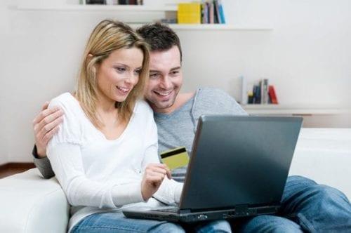 Couple faisant un achat en ligne