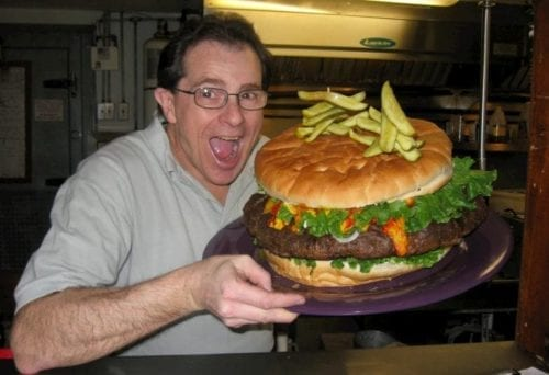 Relevez le défi Burger à l'adresse https://dennysbeerbarrelpub.com/burger-challenge/